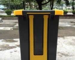 Thùng rác nhựa thân xám nắp vàng B2-010B